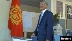 Prezident Almazbek Atambayev səs verir.