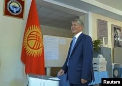 Қырғызстан президенті Алмазбек Атамбаев парламент сайлауына дауыс беріп тұр. Бішкек, 4 қазан 2015 жыл.