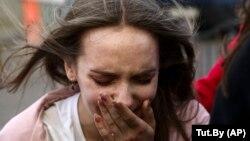 Женщина реагирует на задержание омоновцами демонстрантов во время митинга сторонников белорусской оппозиции. Минск, 3 сентября 2020 года.