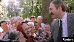 Архіўнае фота. Сустрэча Аляксандра Лукашэнкі з выбарнікамі. Шклоў, 1994 год