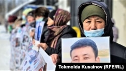 Участницы пикета у консульства Китая в Алматы, которые требуют освободить своих родных из-под стражи в Синьцзяне, осужденных по безосновательным, по их утверждениям, обвинениям.