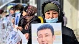 Шыңжаңда қамауда жатқан жақынын босатуды талап етіп Алматыдағы Қытай консулдығы алдында айлап-апталап наразылық өткізіп жүрген азаматтар. 26 ақпан, 2021 жыл