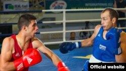 64 кг.салмактагы финалдык таймаш. Солдон оңго: Госунахамд (Сирия) жана Эрмек Сакенов (Кыргызстан). 6-июль, 2015-ж. Атырау шаары.