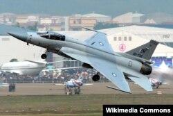 """Истребитель-бомбардировщик ВВС Пакистана JF-17 Thunder, разработанный в основном в КНР и называющийся там Ченду FC-1 """"Сяолун"""""""