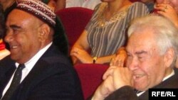Türkmenistanyň Demokratik partiýasynyň öňki birinji sekretary Onjuk Musaýew we Türkmenistanyň Merkezi saýlaw komissiýasynyň başlyg Myrat Garryýew (sagda).