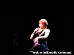 Ширли Маклейн в своем вокально-танцевальном шоу. 1994