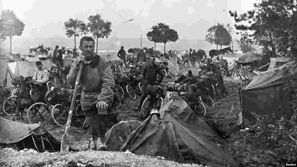 Французские велосипедисты кавалерийского корпуса на фронте в Шампани, восточная Франция, 22 сентября 1915 года