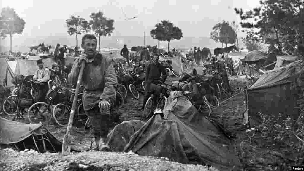 Солдаты велосипедного подразделения французской армии на участке Шампань на востоке Франции. 22 сентября 1915 года.