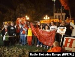 Kundërshtuesit e referendumit duke festuar para Kuvendit të Maqedonisë