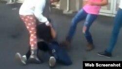 Snimka na kojoj učenice maltertiraju svoju mlađu kolegicu