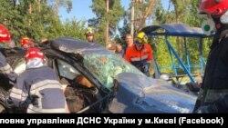 Двоє постраждалих опинилися заблокованими в автомобілі
