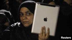 Участница оппозиционного митинга 12 января снимает происходящее на iPad