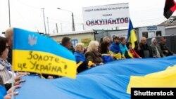 Акція проти відведення підрозділів Збройних сил України з бойових позицій на лінії розмежування на Донбасі. Станиця Луганська, 5 жовтня 2019 року