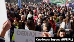 """Стотици граждани излязоха в центъра на София и скандираха """"Оставка"""" и """"Мафия"""" под прозорците на Министерския съвет"""