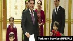 Президент Туркменистана Гурбангулы Бердымухамедов бросает бюллетень в урну для голосования. 12 февраля 2017 года.