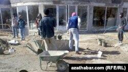 Lebap welaýatyndaky gurluşyk firmalarynyň birinde işleýän işçiler.