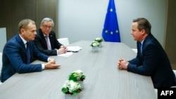 Ұлыбритания премьер-министрі Дэвид Кэмерон (оң жақта), Еуропа Одағы басшысы Дональд Туск (сол жақ шетте) және Еуропалық комиссия жетекшісі Жан-Клод Юнкер Брюссельде кездесуде отыр. 19 ақпан 2016 жыл.