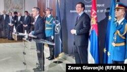 Jens Stoltenberg sot gjatë vizitës në Serbi.