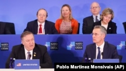 Майк Помпео и Йенс Столтенберг на встрече глав МИД стран НАТО.