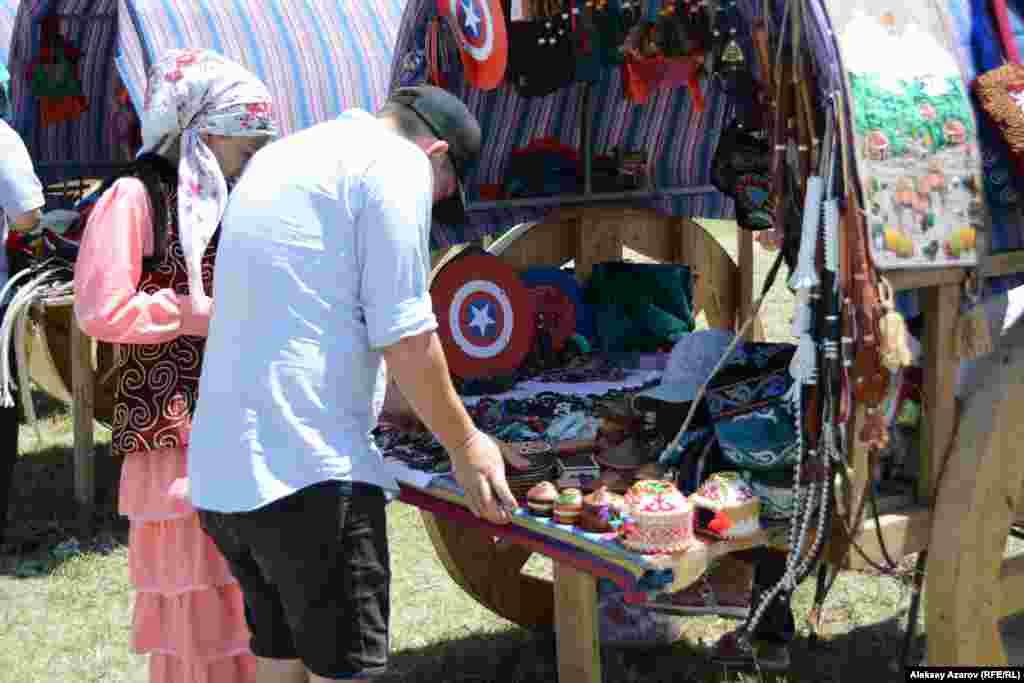 Киіз үйлердің маңындағы қолөнершілерден әзірлеген бұйымдарын сатып алуға болады.