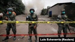 Солдати на варті біля перекритого через виверження району, комуна Сан-Мігель-Лос-Лотес, Гватемала, 4 червня 2018 року