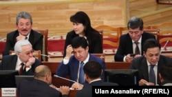 Премьер-министр Темир Сариев баштаган өкмөт мүчөлөрү параментте.