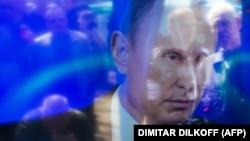 Відображення людей на екрані телевізора під час трансляції виступу президента Росії Володимира Путіна (архівне фото)