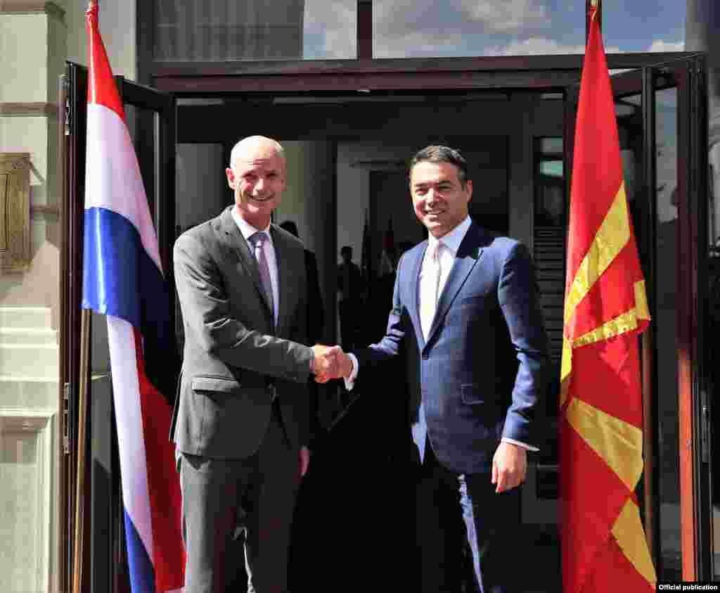 МАКЕДОНИЈА - Референдумот е дел од демократскиот процес и останува на вашите граѓани да го донесат единственото решение за земјата, изјави министерот за надворешни работи на Холандија, Стеф Блок, по средбата со неговиот македонски колега Никола Димитров.