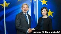 Avropa Birliyinin genişlənmə üzrə komissarı Johannes Hahn və Moldovanın baş naziri Maia Sandu , 3 iyul, 2019, Brüssel