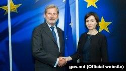 Йоханнес Хан и Майя Санду на встрече в Брюсселе (архивное фото)