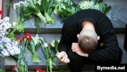 Юнак плача на прыступках, дзе напярэдадні загінулі людзі, 31 траўня 1999 году