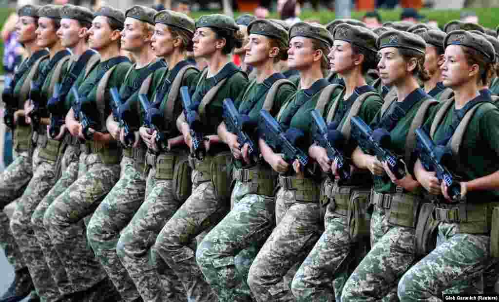 Жінки-військові під час репетиції військового параду, приуроченого до Дня Незалежності України. Київ, 20 серпня 2018 року. НА ЦЮ Ж ТЕМУ