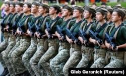 Традиционно в Украине проводили, по большей части, военный парад, как это было в последние годы, во время войны Украины с Россией. На фото – празднование Дня Независимости в 2018 году