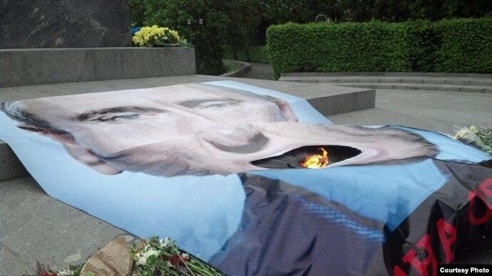 В Киеве Вечный огонь накрыли плакатом с портретом Путина