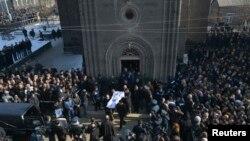 Люди на похоронах шестимесячного Сережи Аветисяна, скончавшегося в больнице от тяжелых ранений. Гюмри, 21 января 2015 года. Шесть других членов семьи Аветисян были убиты 12 января.