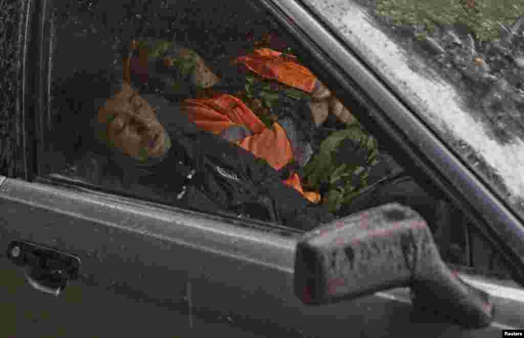 Красная Полянада төзүче мигрантлар машинада йоклый.