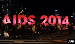Ударом по борьбе со СПИДом в мире стала и катастрофа малайзийского авиалайнера под Донецком. На его борту было около ста ученых, в том числе несколько ведущих мировых специалистов по исследованию ВИЧ и СПИДа. Они направлялись на крупную международную конференцию в Мельбурн