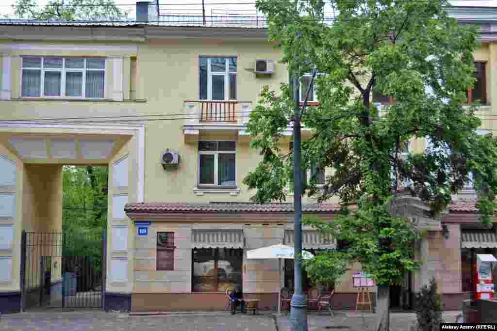 В Алматы Сатпаев поселился в доме на улице Калинина (сейчас – Кабанбай-батыра, 89). Так часть этого дома выглядит в наши дни. Здесь ученый прожил 16 лет.