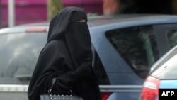 Žena nosi nikab, fotoarhiv