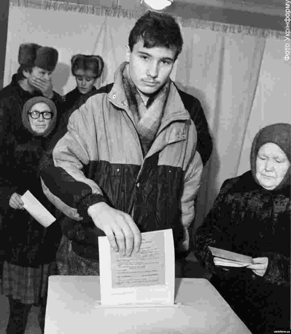 Громадяни України підтвердили прагнення жити в незалежній державі – 90,32 відсотка учасників референдуму відповіло: «Так, підтверджую». Загалом у голосуванні взяли участь 31 891 742 особи – 84,18% населення України