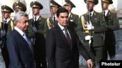 Armenia - President Serzh Sarkisian (R) and his Turkmen counterpart Gurbanguly Berdimuhamedov meet in Yerevan, 24Aug2017.