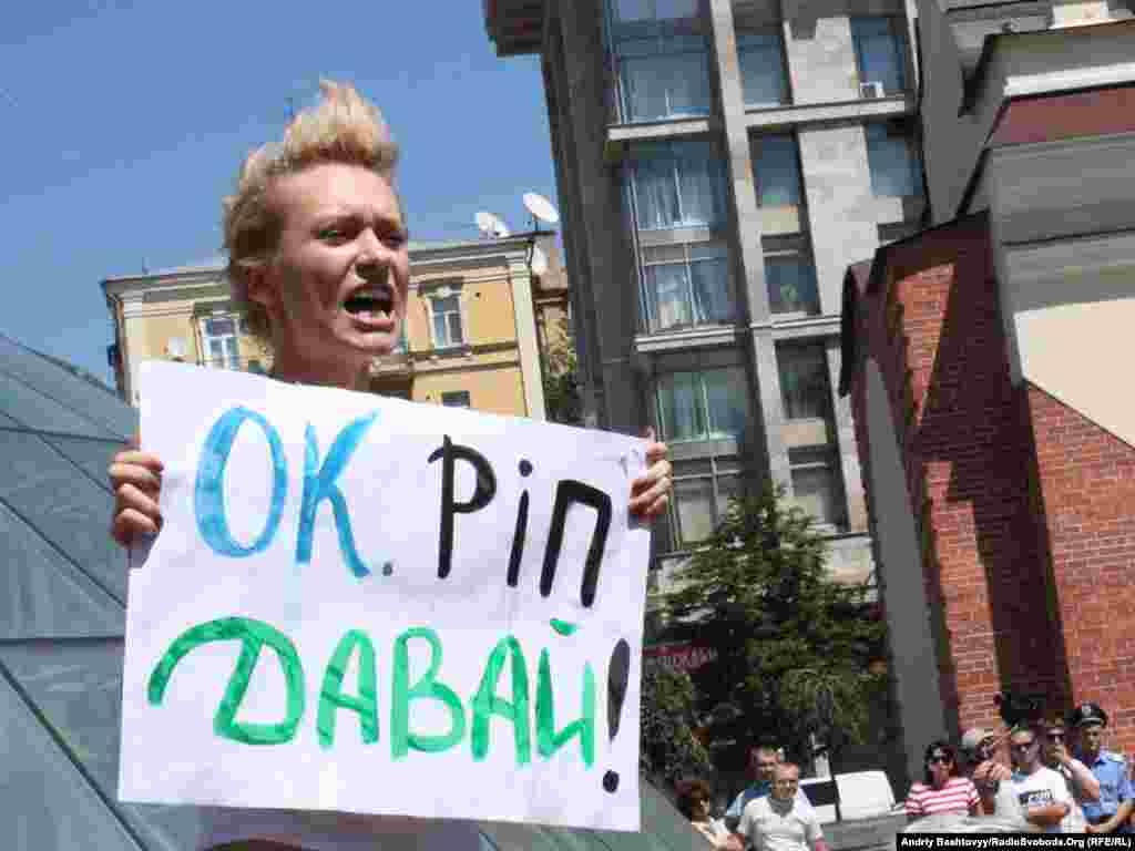 Цього року активістки FEMEN протестували не лише проти профілактичного відключення гарячої води у Києві, а й проти підвищення комунальних тарифів.