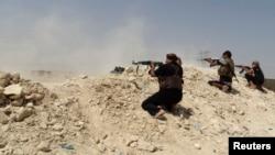 """مقاتلو العشائر في مواجهة مع مسلحي """"داعش"""" في حديثة"""