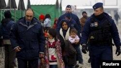 Унгарски полицајци им помагаат на македонските колеги на границата со Грција.