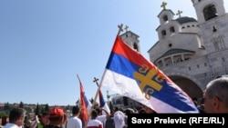 Vjernici sa srpskim zastavama ispred Hrama Hristovog vaskrsenja u Podgorici, 15. juna, kada je zatraženo da Vlada povuče prijedlog zakona o crnogorskoj crkvi