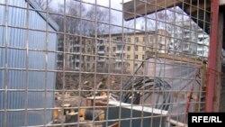 Около 200 семей - почти 700 человек - обречены жить на строительной площадке, обманутые обещаниями переселения