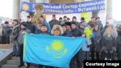 Оппозиционный активист Тазабек Самбетбай держит казахстанский флаг в поддержку «Евромайдана». Киев, 22 декабря 2013 года.