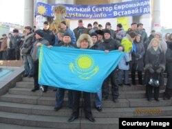 Руководитель молодежного крыла Общенациональной социал-демократической партии Тазабек Самбетбай держит казахстанский флаг. Киев, 22 декабря 2013 года.