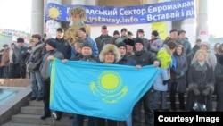 Тазабек Сәмбетбай (ортада), ЖСДП жастар қанатының төрағасы. Киев, 22 желтоқсан 2013 жыл. Сурет белсендінің Facebook парақшасынан алынды.