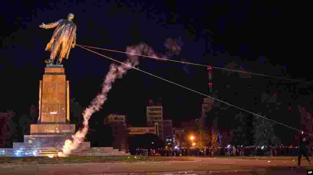 Активисти събарят най-големия монумент на Ленин в Украйна в източния град Харков след анексията на Крим от Русия през 2014 г.